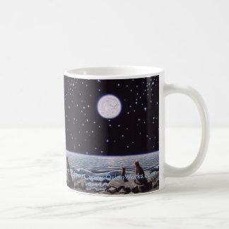 Durch das Licht der Katze Moon die Fische, durch Kaffeetasse