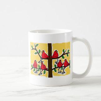 DURCH Kardinals-Vögel in einem Kaffeetasse