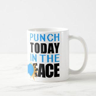 Durchschlag heute im Gesicht Kaffeetasse