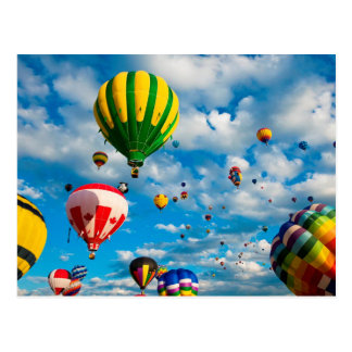Dutzende Heißluft-Ballone im Himmel Postkarte