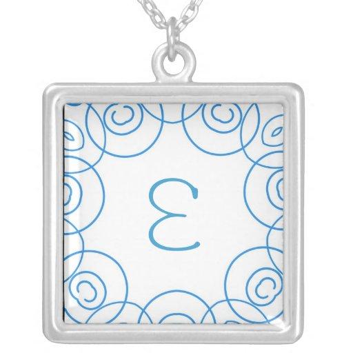 """""""E-"""" Initiale in der blauen Rolle auf Weiß, Spaß-E Selbst Gestalteter Schmuck"""