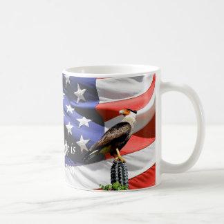 Eagle auf einem Kaktus vor der USA-Flagge Tasse