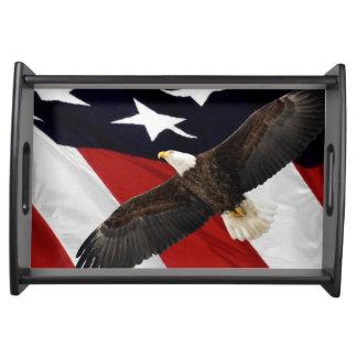 Eagle im Flug über amerikanischer Flagge Tablett