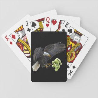 Eagle-Schrecken zu einem Teddybären Spielkarten