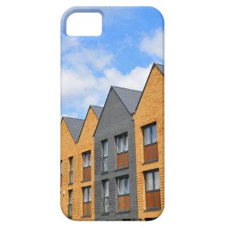 Eben errichtete Häuser gegen blauen Himmel Barely There iPhone 5 Hülle