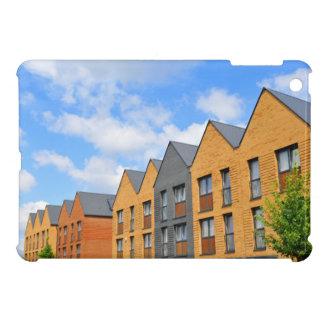 Eben errichtete Häuser gegen blauen Himmel Hülle Für iPad Mini