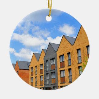 Eben errichtete Häuser gegen blauen Himmel Keramik Ornament