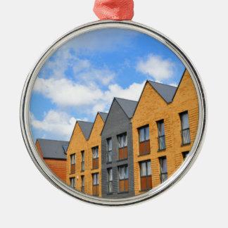 Eben errichtete Häuser gegen blauen Himmel Silbernes Ornament
