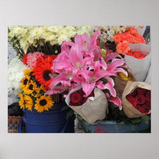 Ecuadorian-Blumen-Markt in der Kirchen-Piazza weit Poster