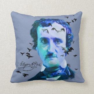 Edgar Allan Poe in den Schatten des Blaus mit Kissen