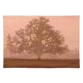 Eichenbaum-Silhouette des Erdtagessonnenuntergangs Stofftischset