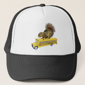 Eichhörnchen auf Schulbus Truckerkappe