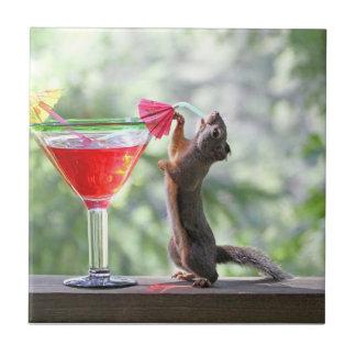 Eichhörnchen, das ein Cocktail an der glücklichen Fliese