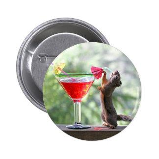 Eichhörnchen, das ein Cocktail an der glücklichen Runder Button 5,7 Cm