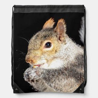 Eichhörnchen, das eine Nuss isst Sportbeutel