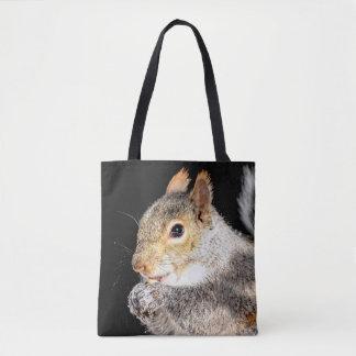 Eichhörnchen, das eine Nuss isst Tasche