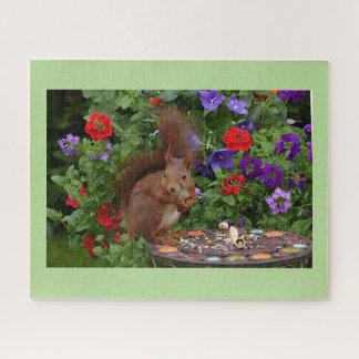 Eichhörnchen, das im Garten speist Puzzle