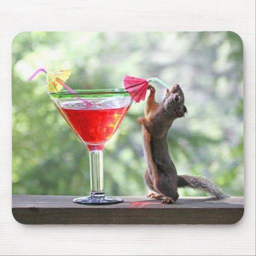 Eichhörnchen, das tropisches Getränk trinkt Mousepad