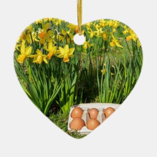 Eier im Kasten auf Gras mit gelben Narzissen Keramik Herz-Ornament