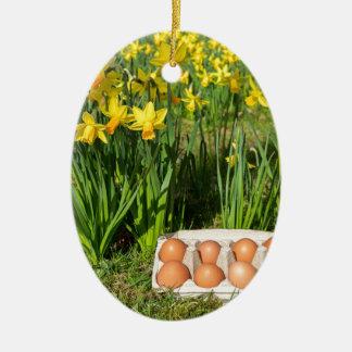 Eier im Kasten auf Gras mit gelben Narzissen Ovales Keramik Ornament