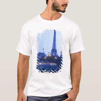 Eiffelturm an der Dämmerung mit Moonrise T-Shirt
