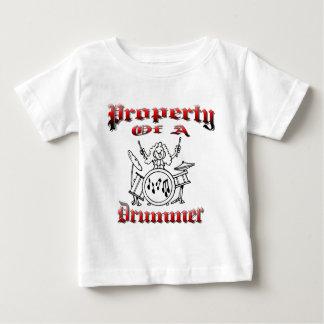 Eigentum eines Schlagzeugers Baby T-shirt