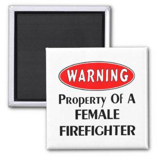 Eigentum eines weiblichen Feuerwehrmanns Quadratischer Magnet