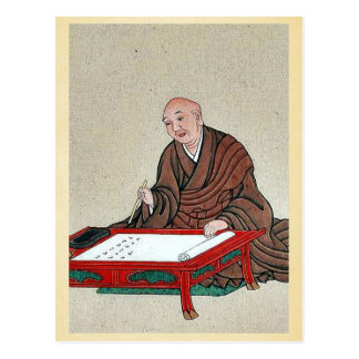Ein alter Mann setzte eine niedrige Tabelle und Postkarte