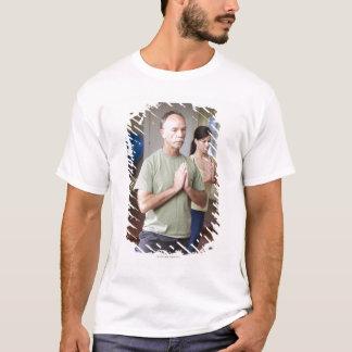 Ein älterer Mann vor einer jüngeren Frau T-Shirt