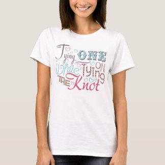 Ein an binden bei der Bindung des Knotens T-Shirt