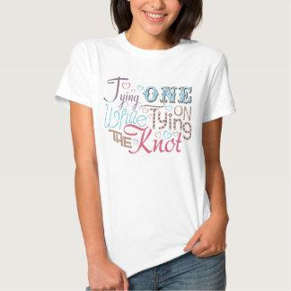 Ein an binden bei der Bindung des Knotens T Shirts