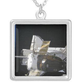 Ein angekoppeltes Soyuz Raumfahrzeug Versilberte Kette