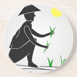 Ein Bauer, der auf den Reisgebieten arbeitet Getränkeuntersetzer