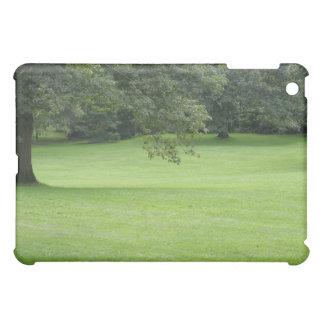 Ein Baum auf einem Gebiet des Grüns iPad Mini Hülle