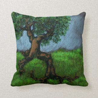 Ein Baum auf einem Hügel/einer Weide in einem Tal Kissen