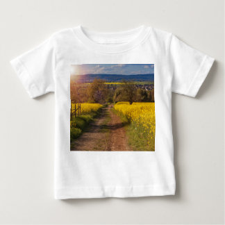 Ein canola Feld im Frühjahr Baby T-shirt