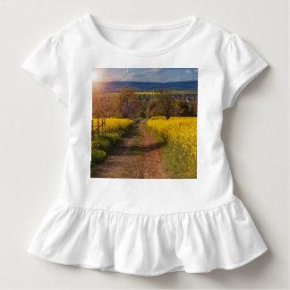 Ein canola Feld im Frühjahr Kleinkind T-shirt