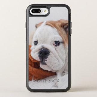 Ein englischer Bulldoggen-Welpe, der mit einer OtterBox Symmetry iPhone 8 Plus/7 Plus Hülle