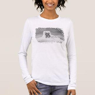 Ein Eskimaux, das ein Siegel-Loch, 'von der Langarm T-Shirt