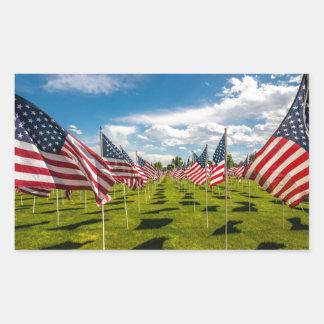 Ein Feld der amerikanischer Flaggen auf V-tägiger Rechteckiger Aufkleber