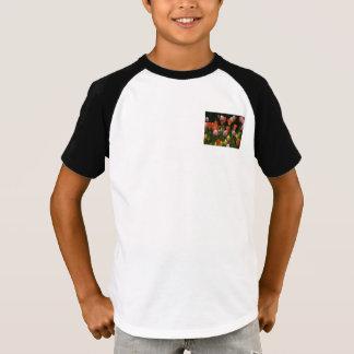 Ein Feld der Pfingstrosen, der Cyclamens und der T-Shirt