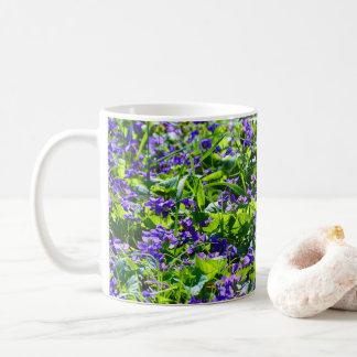 Ein Feld der Veilchen Kaffeetasse