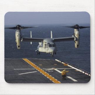 Ein Flugzeug des Osprey V-22 bereitet vor sich zu Mousepad