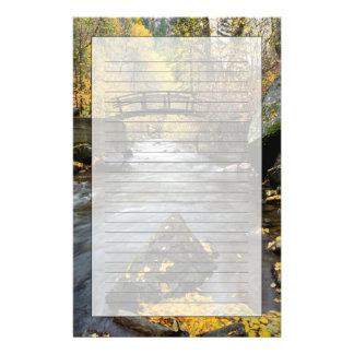Ein Fluss, der durch amerikanische Gabel-Schlucht Briefpapier