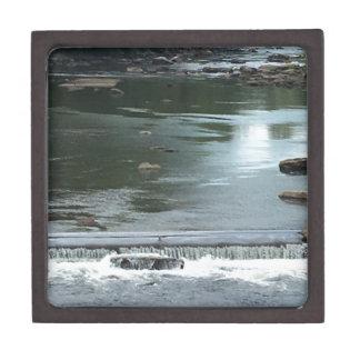 Ein Flussfließen Schachtel
