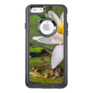 Ein Frosch unter einer Seeroseblume OtterBox iPhone 6/6s Hülle