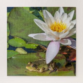 Ein Frosch unter einer Seeroseblume Puzzle