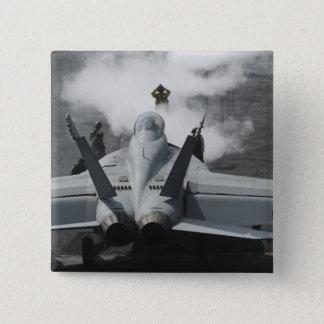 Ein Führerraumdirektor signalisiert einem F/A-18F Quadratischer Button 5,1 Cm