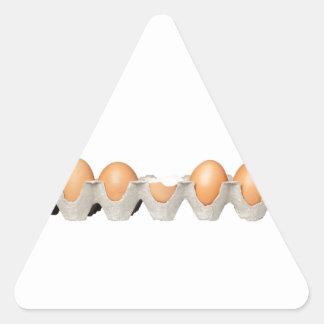 Ein gebrochenes Ei Dreieckiger Aufkleber
