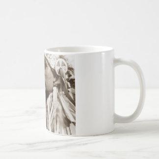 Ein gebürtiger nordamerikanischer indischer Mann Kaffeetasse